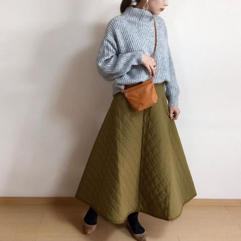 GU(ジーユー)の「キルトフレアロングスカート+E」をあわせたコーディネートです