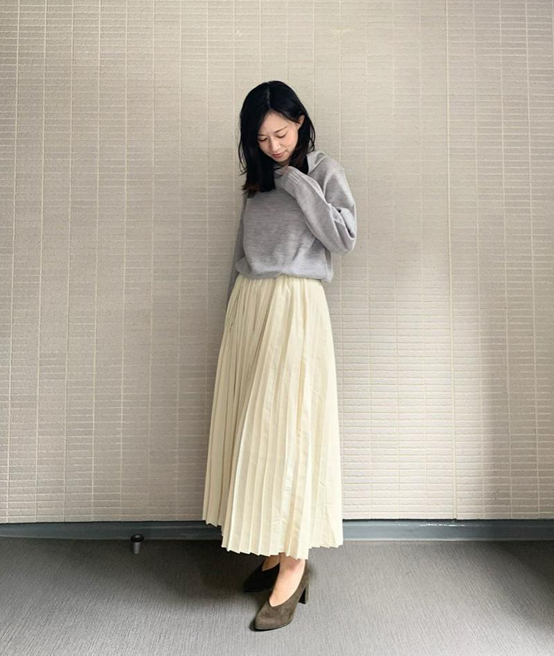 LFO(ラブファッションアウトレット)の「プリーツスカート【2タイプ/ロング丈&ミモレ丈】落ち感のあるストンとしたシルエットに。こなれプリーツスカート♪ウエストゴムで楽チ」をあわせたコーディネートです
