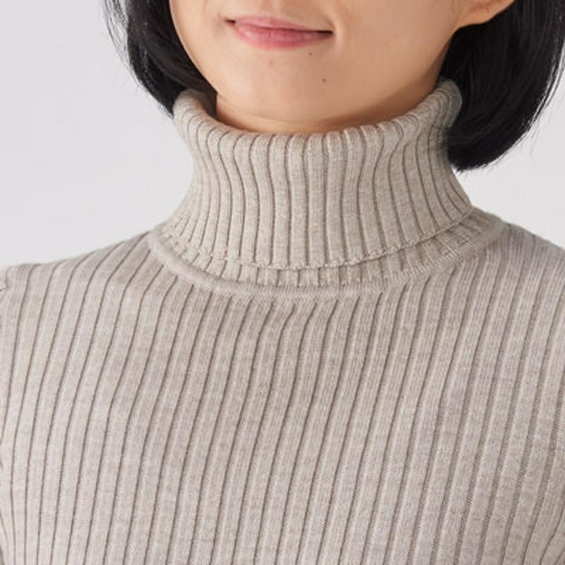 首のチクチクをおさえた・洗えるワイドリブ編みタートルネック 婦人XS・オートミール