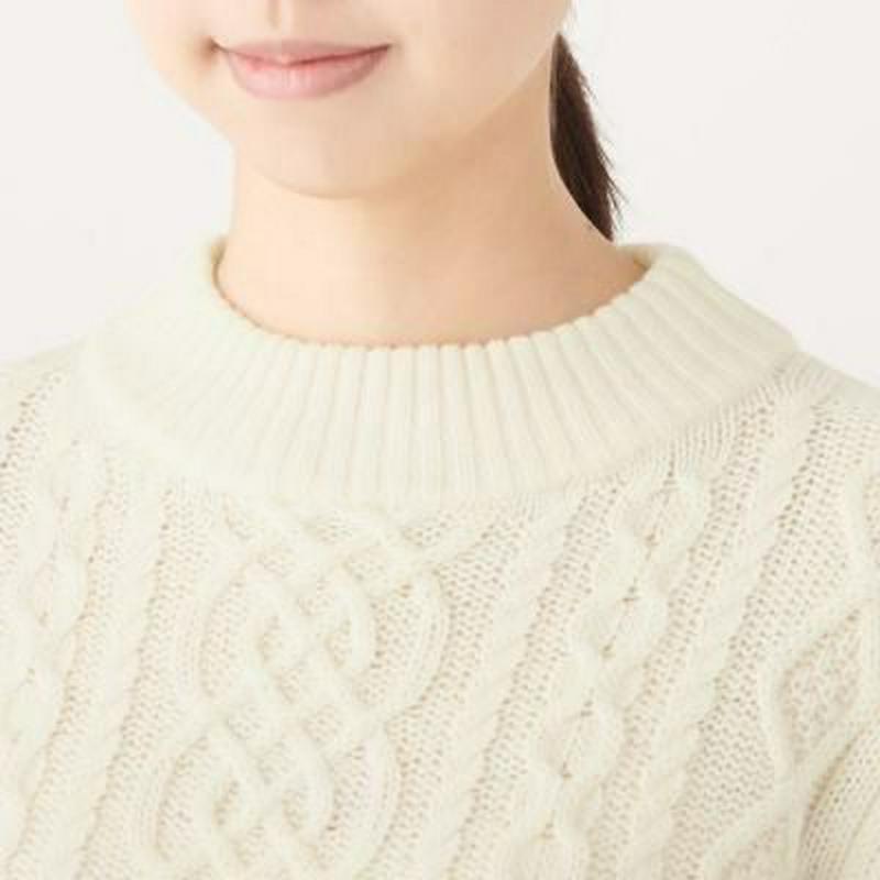 首のチクチクをおさえた アラン柄モックネックセーター 婦人XS・オフ白