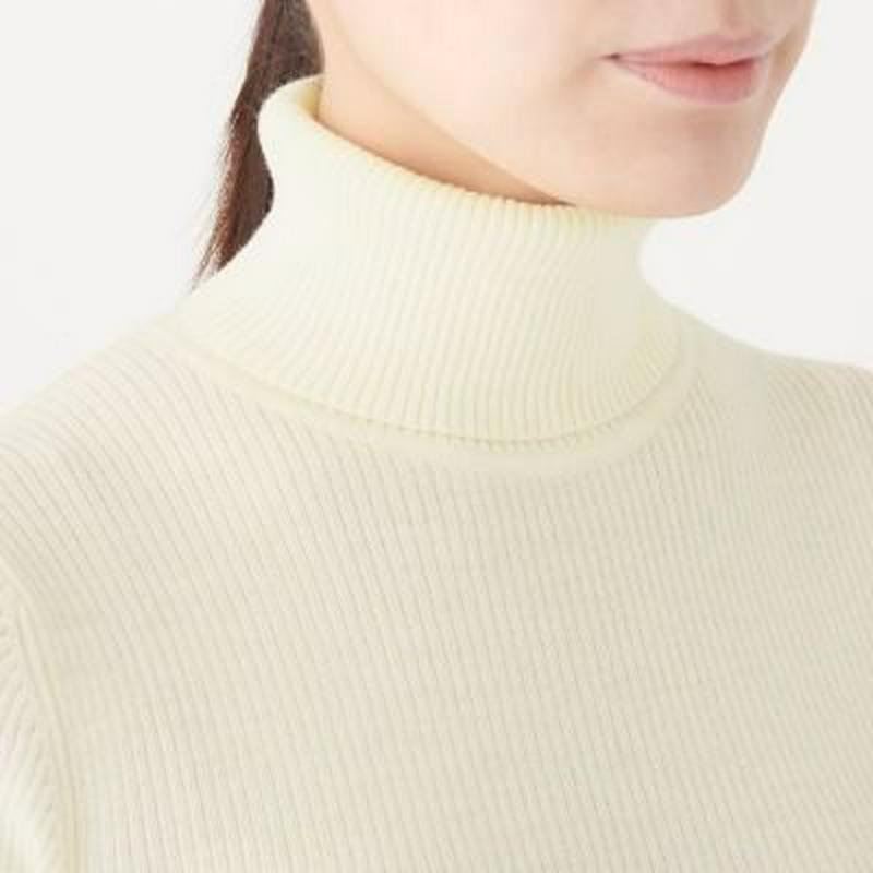 首のチクチクをおさえた 洗えるリブ編みタートルネックセーター 婦人S・オフ白